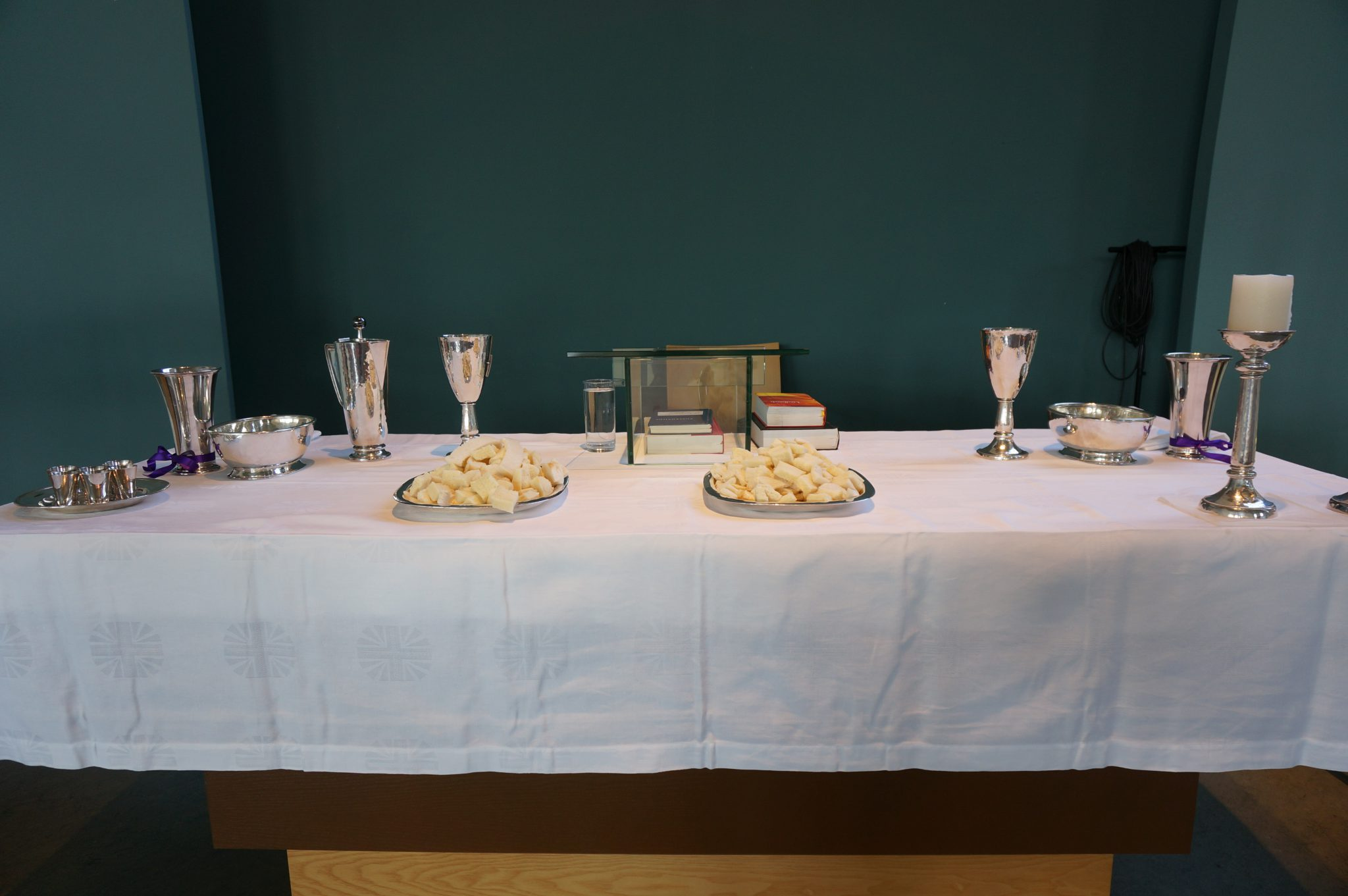 Een gedekte avondmaalstafel in de Vredebegkerk